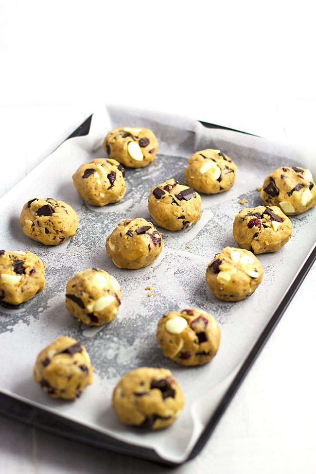 Dark and White Chocolate Cranberry Cookies | almondtozest.com